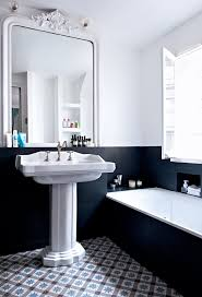 Bathroom In Black Une Salle De Bain Et Blanche Mélangeant Les Styles