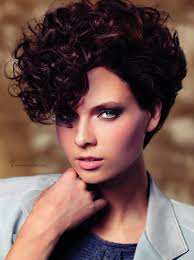very short hairstyle with curls inspired by the 80s