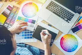 Common Foto de Designer Gráfico Desenho Na Mesa Digitalizadora No Local  @AE01
