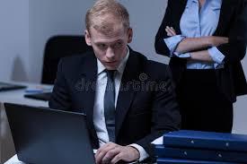 de sexe dans un bureau travailleur de sexe masculin effrayé dans le bureau photo stock