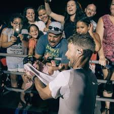 dierks bentley family dierks bentley was handed a baby during a show 96 9 the kat