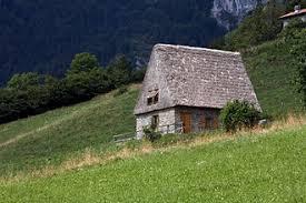 magasa fienili casetta fienile con tetto in paglia tipico dei pascoli di magasa