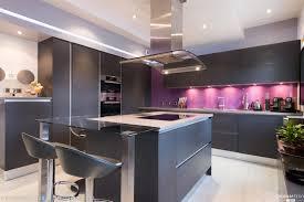 comptoir de cuisine blanc tabouret rond simple en cuir noir tabouret bois armoire de cuisine