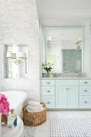 Blue And White Bathroom Ideas by Best 25 Coastal Inspired White Bathrooms Ideas On Pinterest