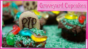 halloween graveyard cakes halloween graveyard chocolate cupcakes youtube