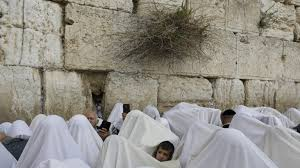 prayer shawls from israel tens of thousands flock to western wall for priestly blessing