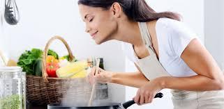 femme dans la cuisine aliments que peut on faire soi même le site de coco