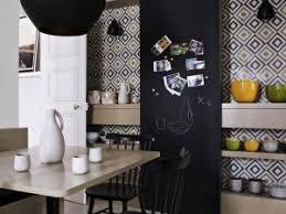 mur noir cuisine mur graphique noir et blanc en cuisine par regards et maisons