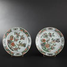 assiette de porcelaine paire d u0027assiette en porcelaine à décor en émaux de la famille