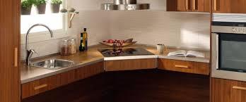 cuisine avec plaque de cuisson en angle plan de travail d angle plan de travail d 39 angle stratifi blanc