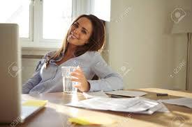 femme de bureau femme d affaires assis à bureau avec un verre d eau en