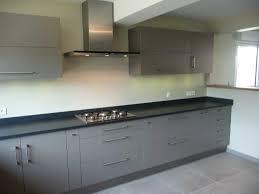 photo cuisine grise et cuisine moderne grise inspirations avec cuisine grise beige et