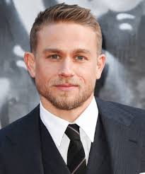 how to get thecharlie hunnam haircut charlie hunnam likes cooking videos king arthur star
