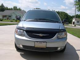 file 2004 chrysler town and country front jpg wikimedia commons