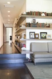 étagère derrière canapé étagères angle pour optimiser l espace intérieur