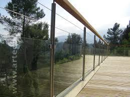terrasse en bois suspendue rambarde en verre avec poteaux en inox et main courante en bois