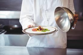 cloche cuisine chef soulevant une cloche d un plat photo stock image du