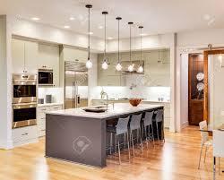 plancher cuisine bois cuisine avec îlot évier armoires planchers de bois franc à