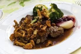 cuisiner du chevreuil au four recette filet de chevreuil aux chanterelles sauce grand veneur 750g