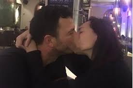 belum resmi cerai dewi rezer malah pamer ciuman mesra dengan pria