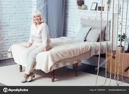 femme de chambre lesbienne femme âgée gaie assis dans la chambre à coucher photographie
