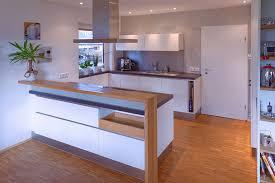 weiße küche mit holz grifflose küche in eiche und lack weiß tischlerei pfaar