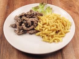 cuisiner des spaetzle émincé de veau aux chignons et estragon spaetzles biot marche