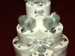 hochzeitstorte aus toilettenpapier mit silberner verzierung kiga - Hochzeitstorte Aus Klopapierrollen