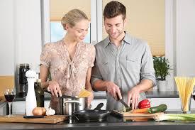 femme en cuisine photo gratuite femme cuisine l homme image gratuite sur