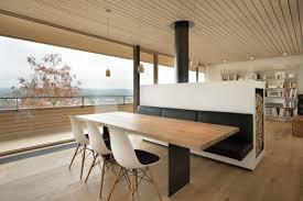 raumteiler küche esszimmer hanghaus weinfelden holz material kachelofen raumteiler