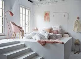 chambre blanche et touches de couleur poudré