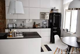 kuistin kautta mustavalkoinen keittiö my home and blog kuistin