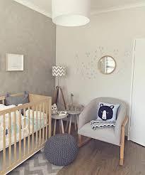 chambre b clever design chambre b peinture la 70 id es sympas babies room and nursery grise lit barreaux en bois canap gris poufe jpg
