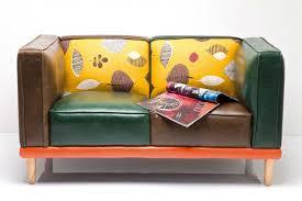 canapé original coloré original en cuir coloré
