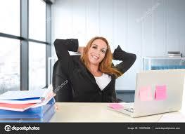 femme de bureau heureux femme d affaires travaillant à l ordinateur portable de