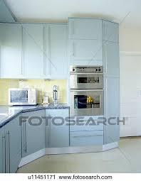 cuisine bleu pastel banques de photographies four dans moderne cuisine à