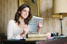 femme nue au bureau fatigué femme étudiant ou entrepreneur femme endormie sur un bureau