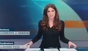 sous les jupes au bureau le bureau transparent de cette présentatrice italienne dévoile tout