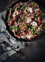 cuisiner le kangourou kangourou au poivre plum chargrilled noir et aux noisettes salade