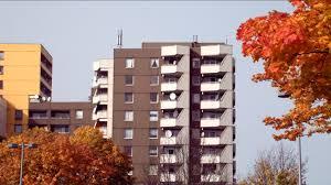 satellitensch ssel f r balkon appartementhaus herbst deutschland rm 605 966 485 in