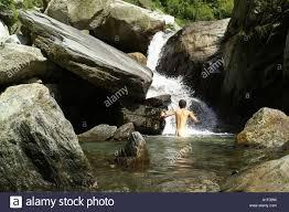 nackten hintern und wasser stream pool von himalaya fluss mann