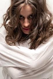 kamera yakın çekim resme bakarak deli gömleği olan deli kadın