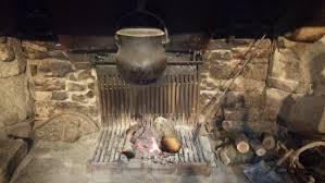 chaudron pour cuisiner la cheminée avec le chaudron pour cuire les andouillettes photo
