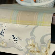 make your own table runner fast easy custom diy table runner using two fabrics the happy