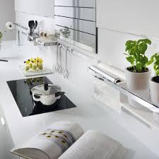 organisation du travail en cuisine plan de travail avec rangement cuisine dans une cuisine