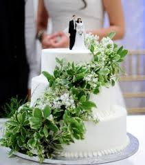 wedding cake green leaves white wedding cake with green leaves