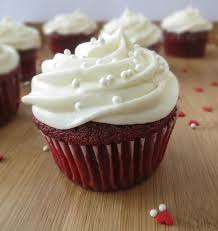 red velvet cupcakes with cream cheese frosting sprinkle some sugar