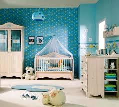 chambre peinte en bleu chambre enfant tapis chambre bébé petit bleu pâle motifs blancs
