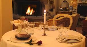 cena al lume di candela cena a lume di candela davanti al camino acceso foto di il cardo