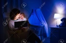 leselen schlafzimmer mutter und ein buch in dunklen schlafzimmer zu lesen